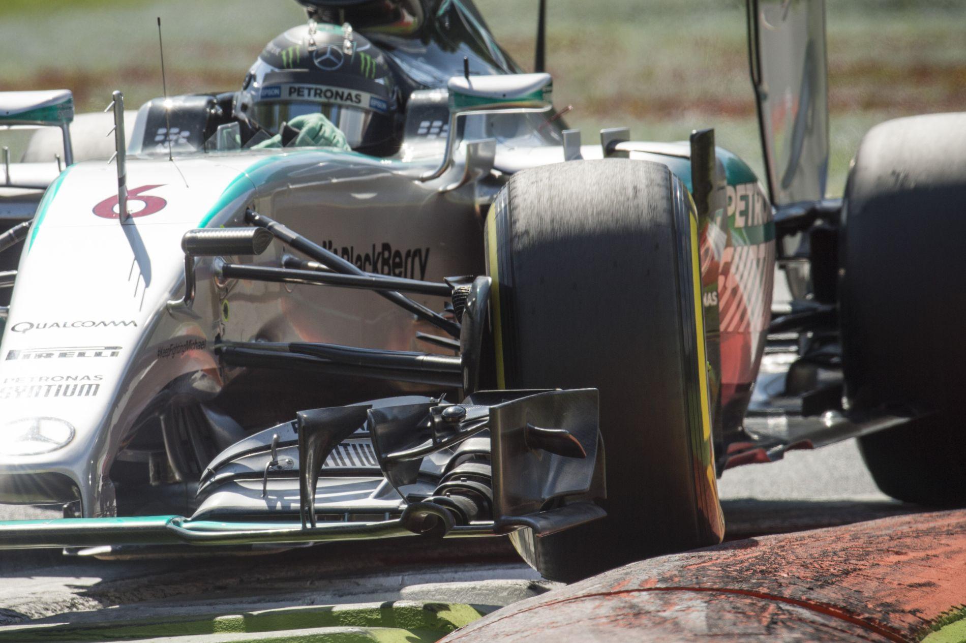 Vizsgálják a Mercedest: megszegték az előírást a gumikkal?!
