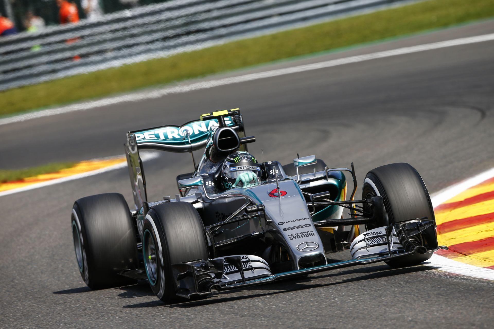 Videón, ahogy felrobban Rosberg jobb hátsó kereke a Mercedesen Spa-ban