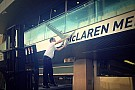 Egy McLaren-alkatrész miatt vesztegel a gép: biztosra mennek Abu Dhabiban