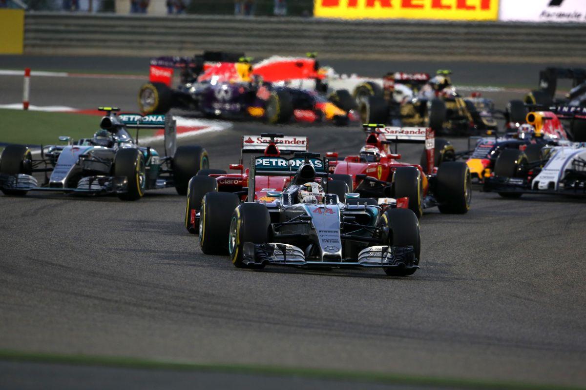 Az F1 frusztrált és magyarázkodik, a versenyzők meg nem mondhatják ki, amit gondolnak