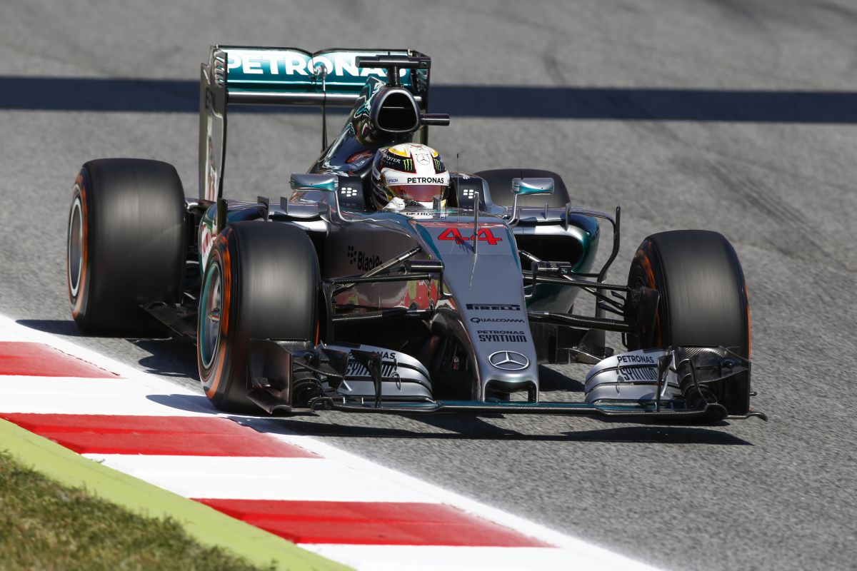 Ki tudja, mire lehet képes a Ferrari: Hamilton elégedetlen a mai körülményekkel
