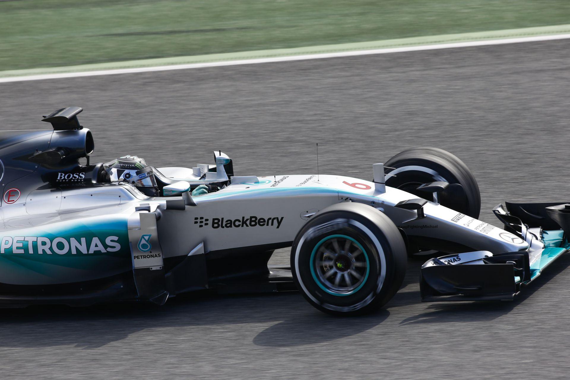 Így startolt a világverő (?) Mercedes Barcelonában: Testközelből a W06