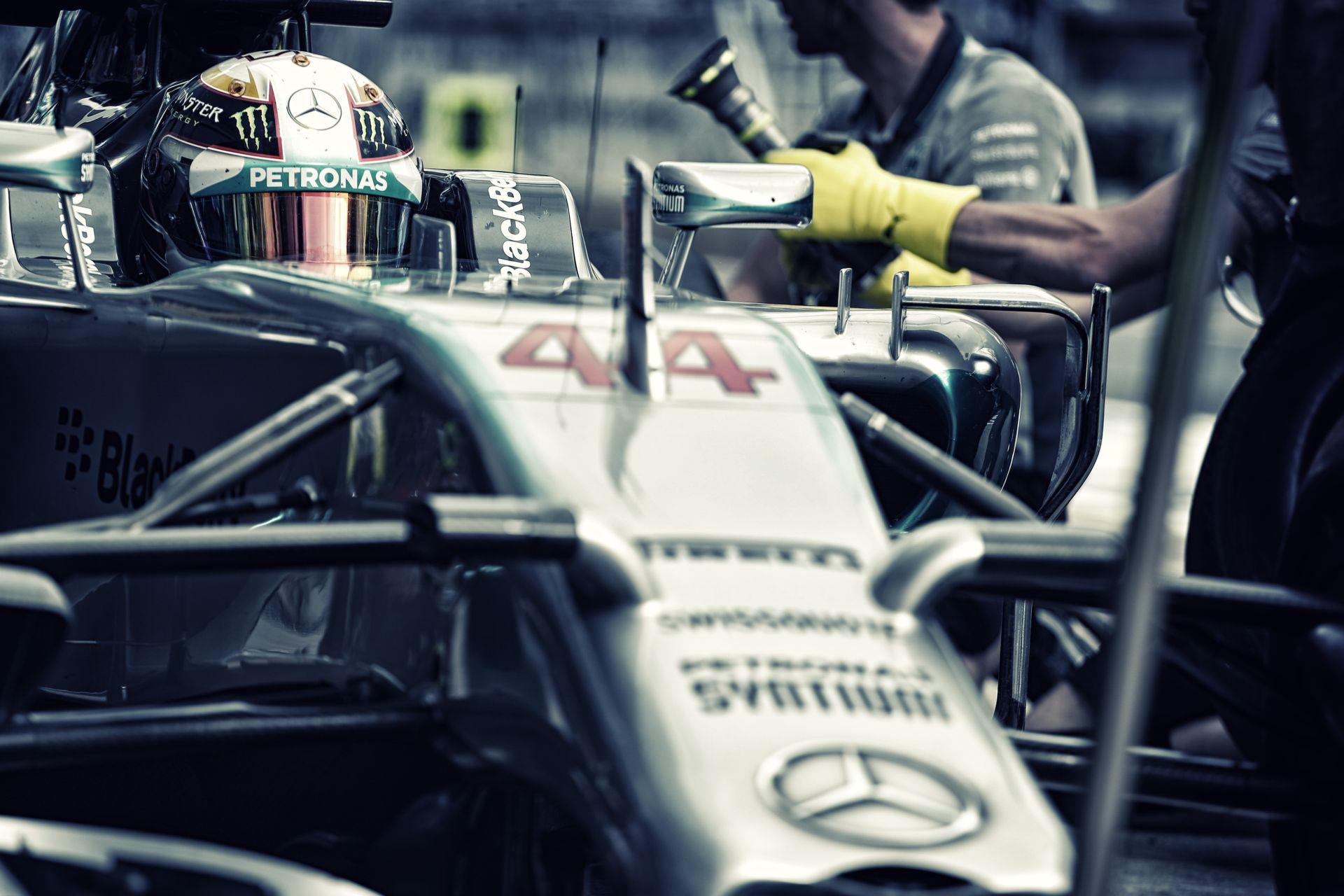 A Mercedes ezentúl többet fog kockáztatni Hamilton kerékcseréinél: Veszélyesebb, de gyorsabb