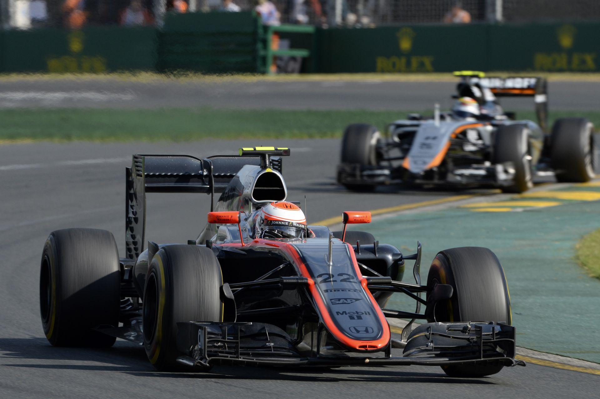 300-zal megy kanyarban - ez nem McLaren