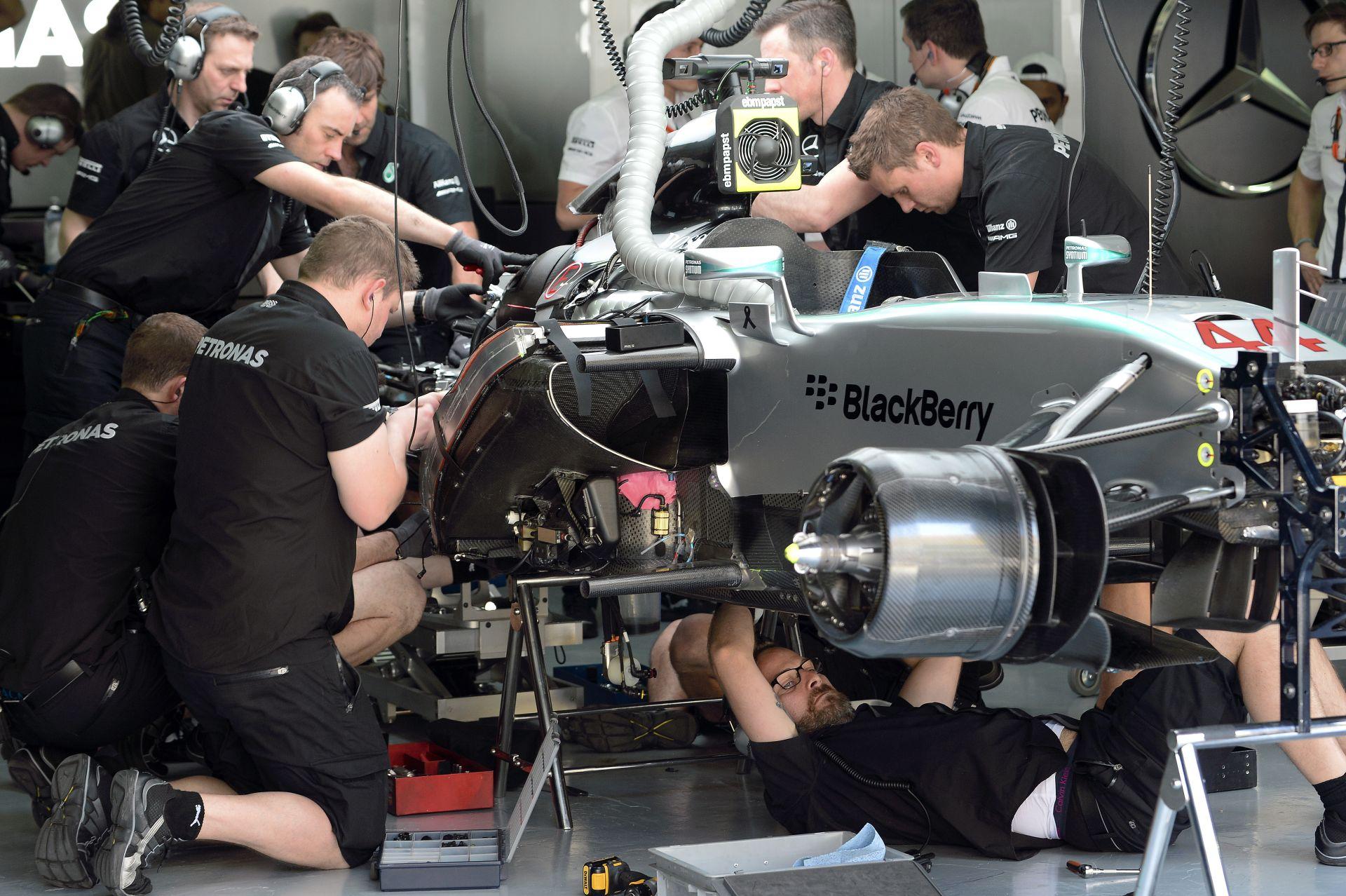 """Hamilton """"csukott szemmel, fél kézzel"""" nyerte meg a második edzést Malajziában! Raikkönen második! Hátul a McLaren"""
