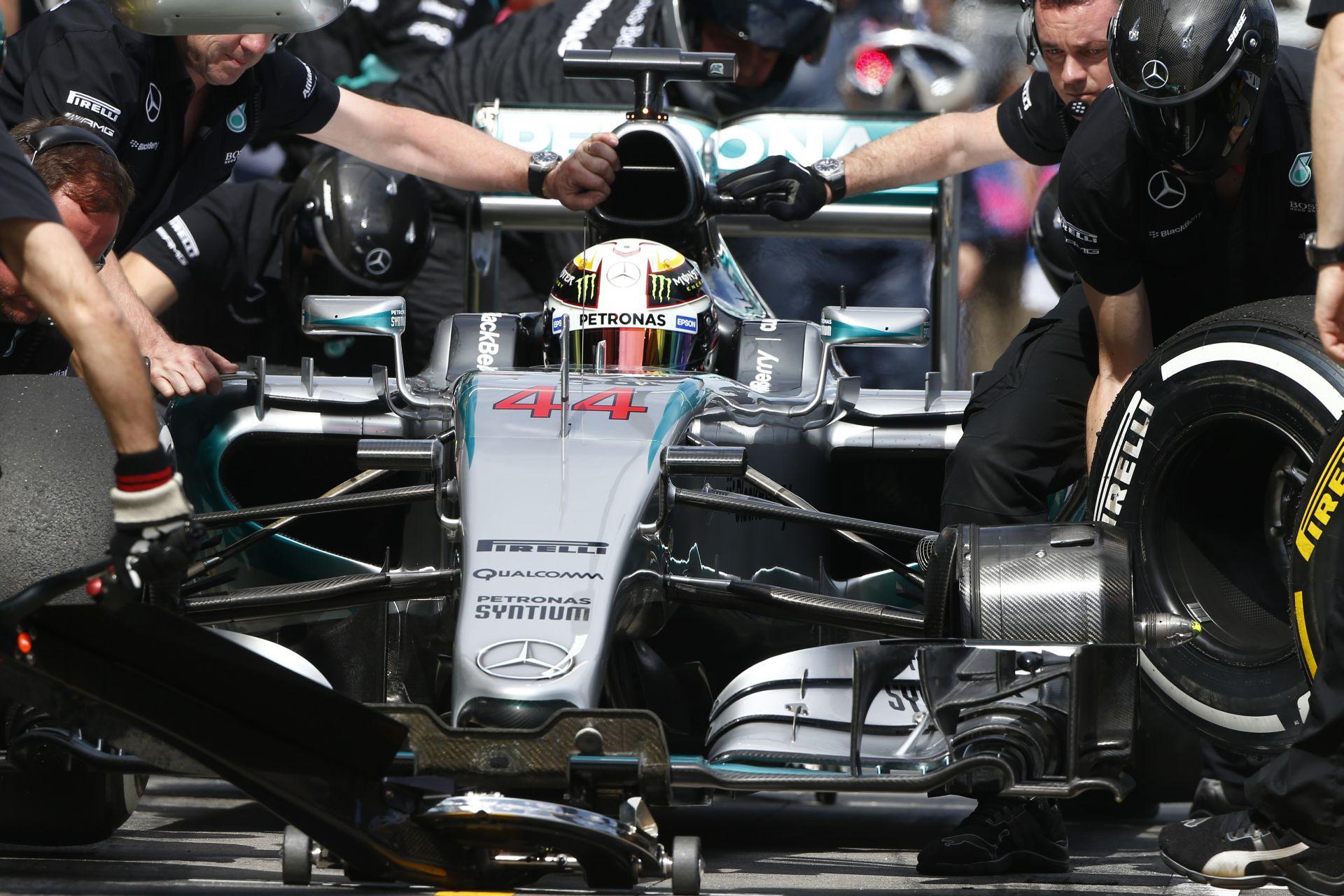 Hamilton: A Ferrari megint gyorsnak tűnik, figyelni kell rájuk!