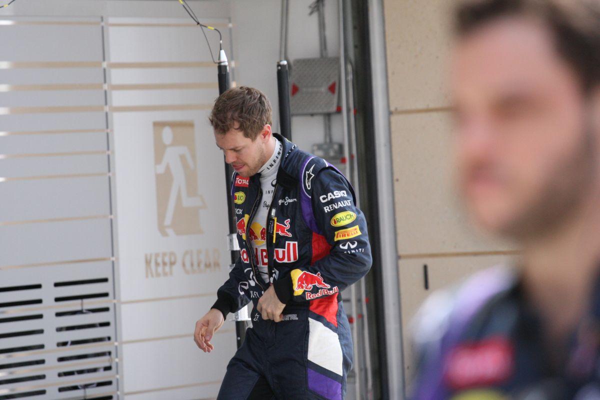 Marad a káosz a Red Bull-nál: Vettel fél körrel fejezte be a napot Bahreinben