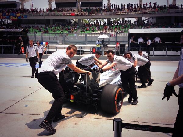 A McLaren ott lesz az időmérőn, közben az eső is megérkezett Malajziába!