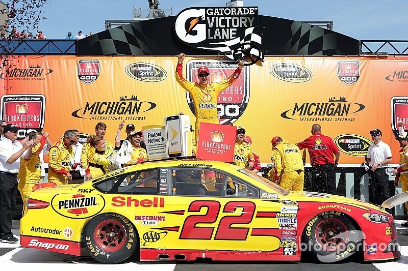 Joey Logano domina nel Michigan e vince la prima gara del 2016