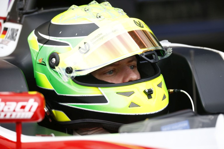 Szenzáció: Schumacher fia rögtön megnyerte az első olasz F4-es versenyét