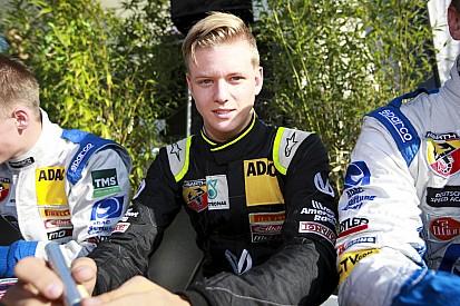"""Mick Schumacher idén 45 versenyen áll rajthoz: félig már a """"Ferrarinak"""" dolgozik"""