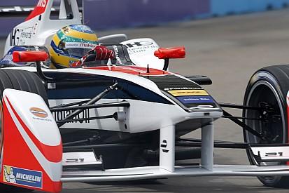 Formula E: Senna durván nekikente a falnak a gépet