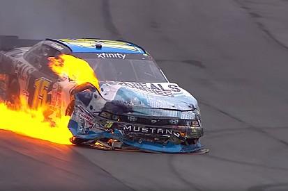 Lángoló autó a NASCAR-ban: mintha egy hollywoodi film lenne