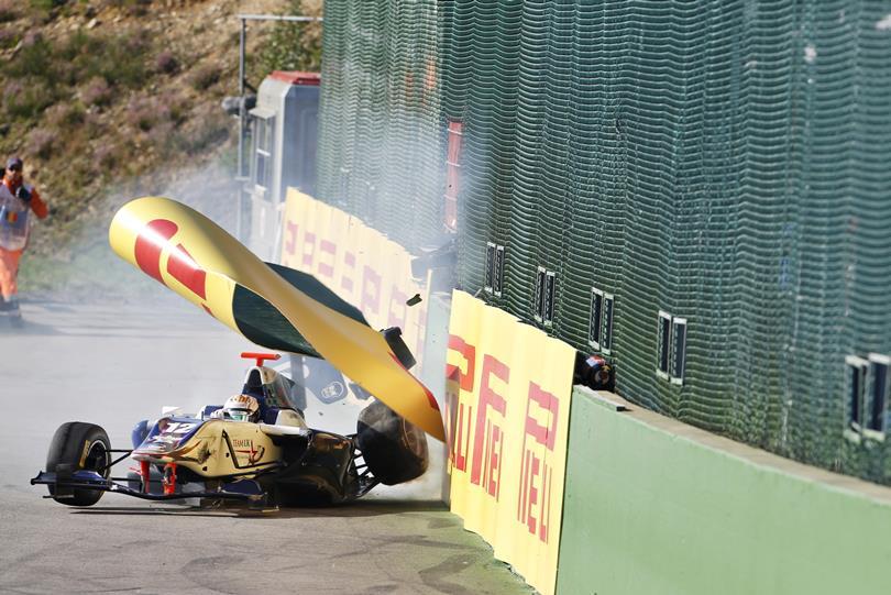 """Groteszk baleset a GP3-ban: """"áldozatot szedett"""" a letört kerék"""