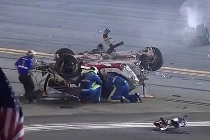 Minden idők egyik legdurvább bukása a NASCAR-ban: Sértetlenül szállt ki a roncsból! HIHETETLEN!
