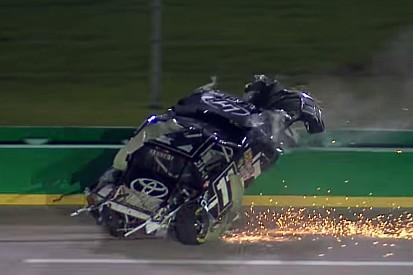 NASCAR: Felkenték a falra, majd az autóját leborotválta a kerítés
