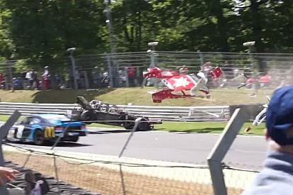 "Durva baleset Brands Hatch-ben: Azonnal ""elemeire"" hullott a NASCAR autó"