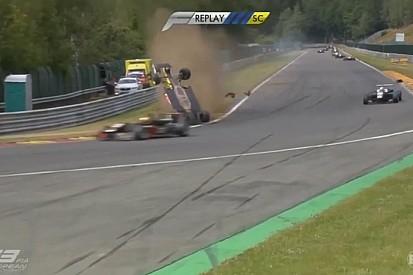 Újabb nagy bukás az F3-ban: fejjel lefele állt meg az autó Spában