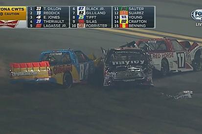 Nagy és látványos ütközés a NASCAR Camping World Truck Series-ben