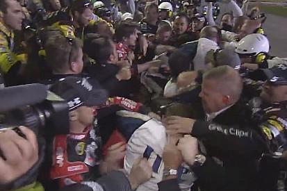 NASCAR: Hatalmas verekedés a versenyzők és a csapattagok között