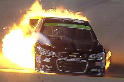 NASCAR: Egy lángoló autó a versenyen