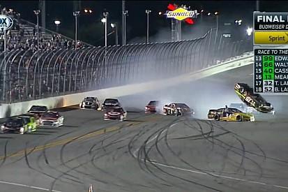 Egy nagyon látványos baleset a NASCAR-ban