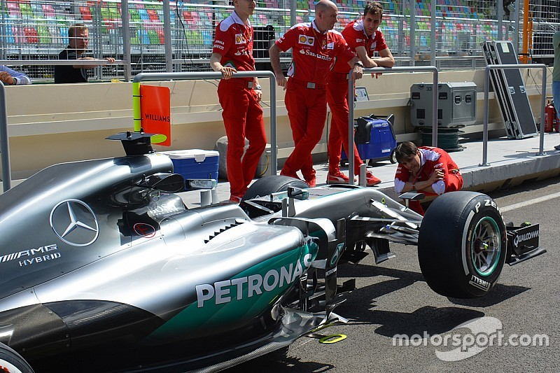 Gli occhi indiscreti Ferrari sulla Mercedes lasciata incustodita