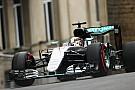 VT2: Hamilton domineert in Baku, Red Bull moet aan de bak