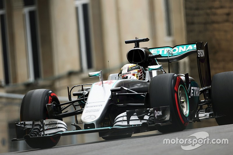 VT2: Hamilton domineert in Baku, Red Bull moet aan de bak