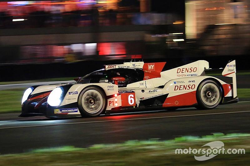 Le Mans na 8 uur: Toyota met voorsprong de nacht in