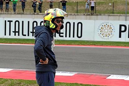 Rossi se 'equivoca' de casco