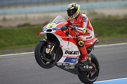 Iannone domina y Rossi mete miedo el primer día en Holanda