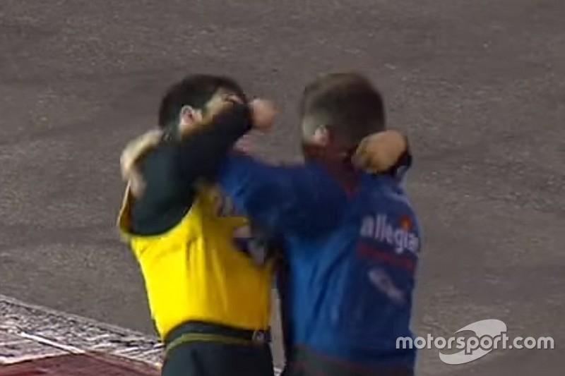 VÍDEO: Pilotos da NASCAR brigam e protagonizam cena pastelão