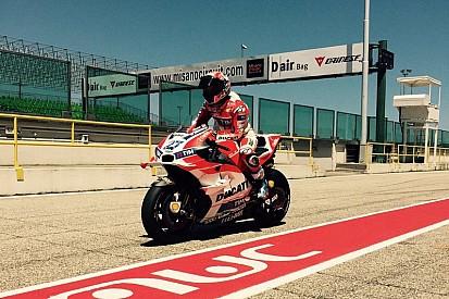 Stoner si diverte sulla Ducati nella prima giornata a Misano