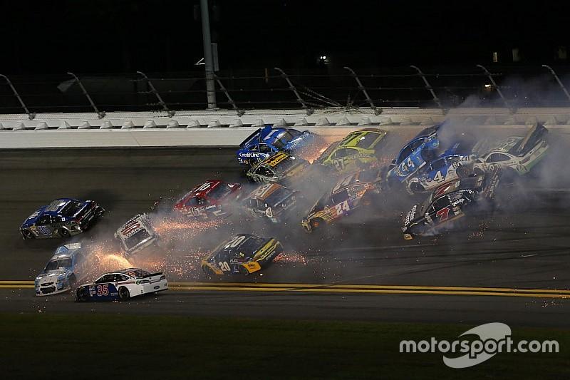 Video: Het halve veld betrokken bij megacrash op Daytona