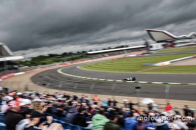 Hamilton regeert op eerste dag in Silverstone, problemen voor Rosberg, Verstappen derde