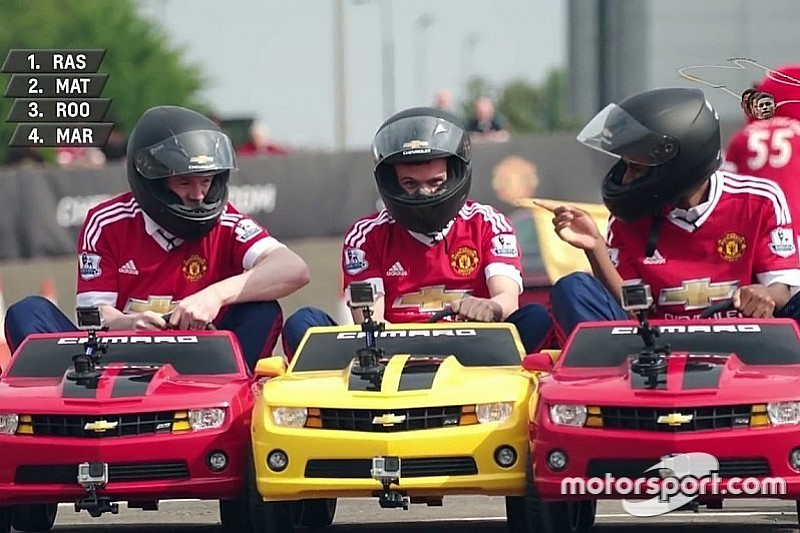 VIDEO: Jugadores del Manchester United en mini coches