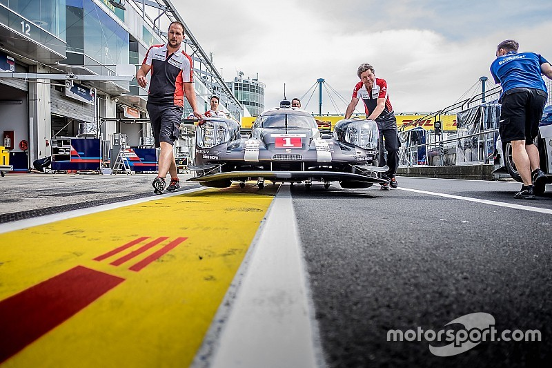 EL2 - Une Porsche en tête, une autre dans le bac à graviers