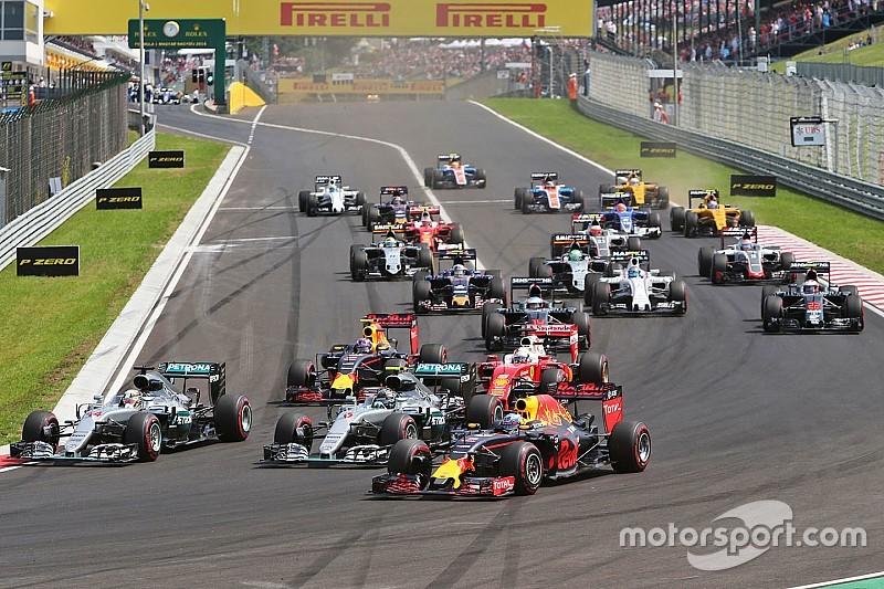 "Ricciardo kan weer lachen: ""Dacht even dat ik de leiding in handen had"""