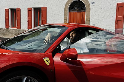 Kobe Bryant visita Ferrari em Maranello