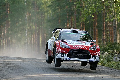 Ogier sufre accidente y Meeke manda en Finlandia