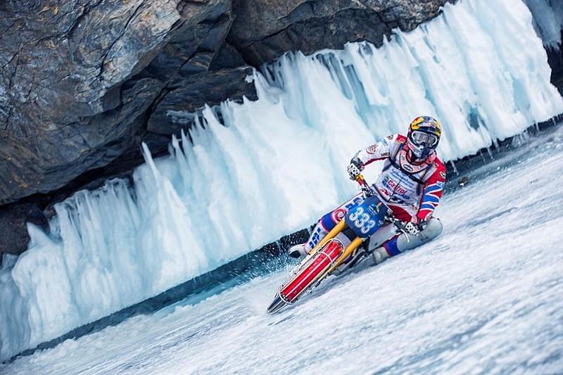 Combate el calor del verano, motos sobre hielo