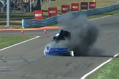 Extraña explosión de un coche en la NASCAR