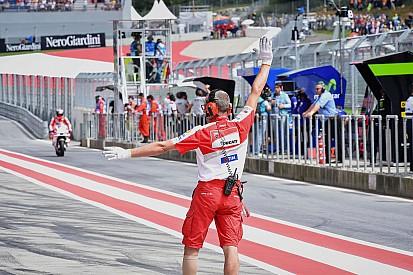 Rossi est pour l'envoi de messages aux pilotes, Márquez veut rester libre