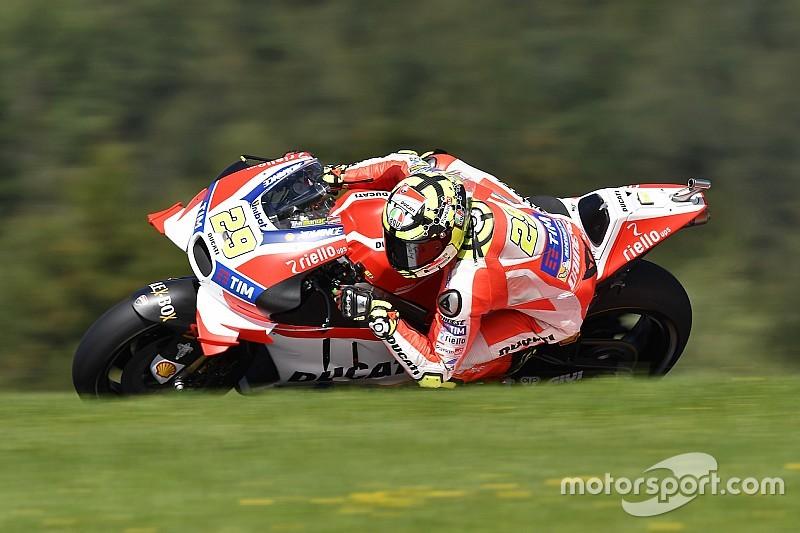Brno, Libere 1: Iannone tiene davanti la Ducati, ma Valentino c'è