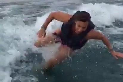 De férias, Simona de Silvestro grava próprio tombo na água