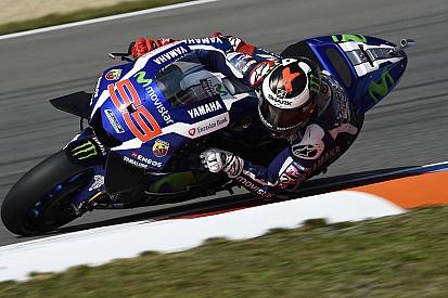 Lorenzo Brno testinde Rossi'nin önünde lider