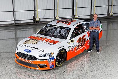 Hooters regresa a NASCAR con diseño retro en auto