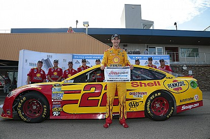 Joey Logano regola Johnson e conquista la pole