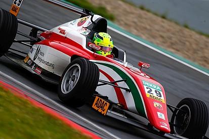 Mick Schumacher nekiment az első helyezettnek és azonnal kiesett (videóval)